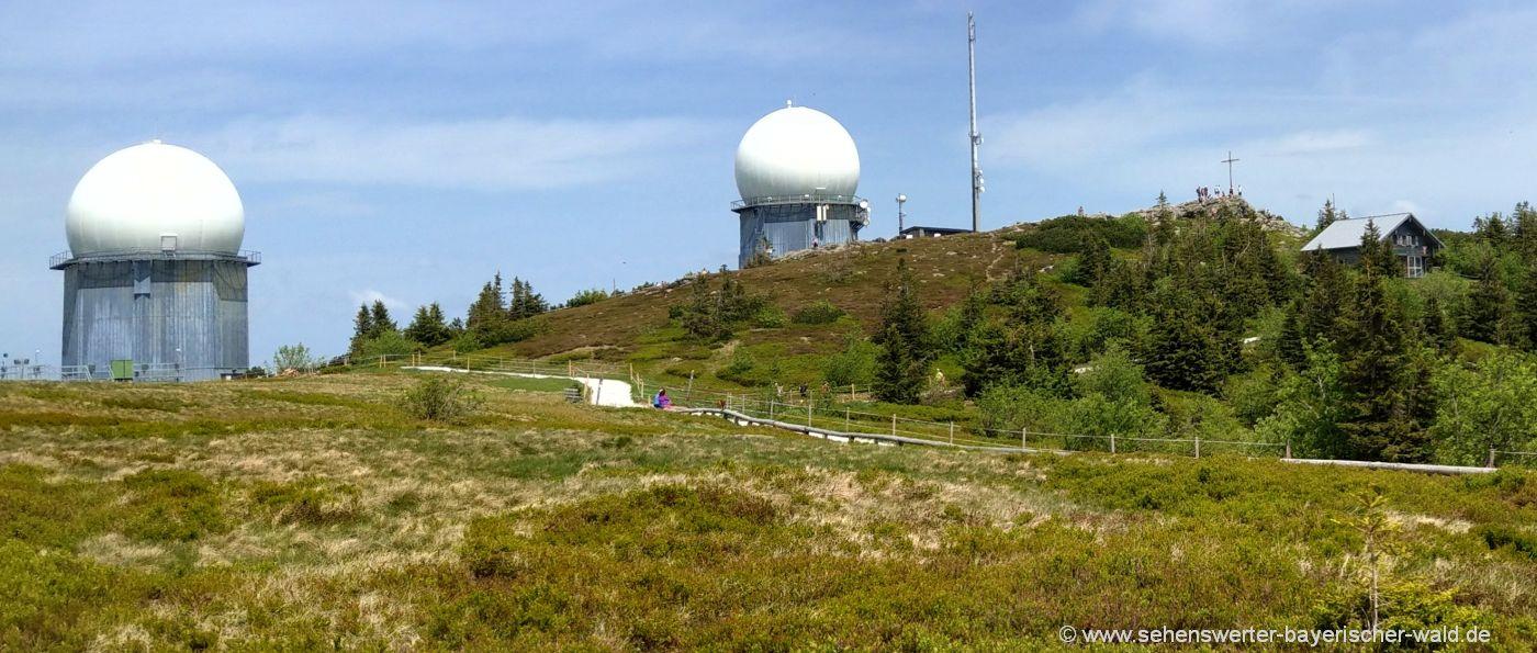 Berg Arber mit seinen Wahrzeichen - Radome am höchsten Bayerwald Berg